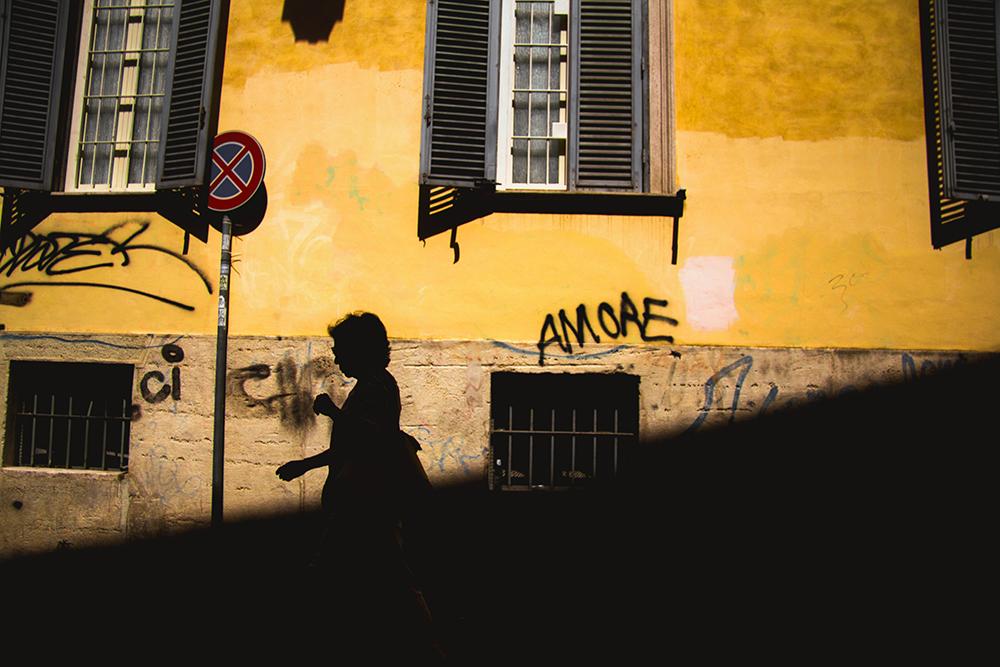 silhouette amore donna cammina trastevere roma